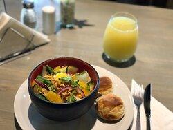 Ensalada de Quinoa! Con naranja, nueces, cebolla morada y hojas verdes de estación!