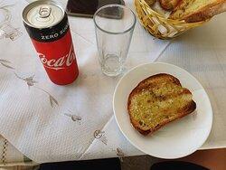 Kalte Getränke und leckere Knoblauchbrote