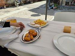 Croquetas cecina y queso y huebos con patatas