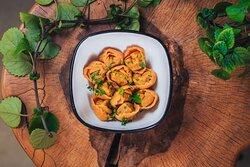 """Пельмени """"Грибной теленок"""" - тонкое томатное тесто трепетно обнимает сочный фарш из отборной говядины и обжаренную смесь ароматных белых грибов с хрустящими шампиньонами"""