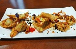Surtido de Gyozas caseras. De merluza y gambas, pollo al curry y carrilleras y shitake. Con mayonesa kewpie.
