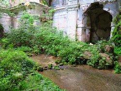 L'acqua che scorre sul pavimento della chiesa
