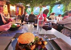 """Le """"Burger Aveyronnais"""" est énorme, dans tous les sens du terme."""