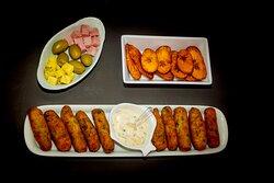 Bolinho de bacalhau, banana da terra frita e frios