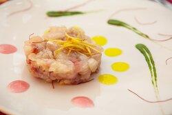 Tartare di Pesce con Gel di Agrumi di Sicilia, Riduzione di Cipolla dolce, Filetti di Peperoncino, Scorza di Limone e Clorofilla di Prezzemolo