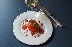 Tomate Mozza, vinaigrette à la fraise et pignons de pin rôtis.