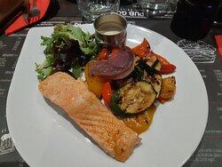 Saumon accompagné de petits légumes