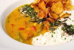 Curry vegano de abóbora, acompanha arroz jasmim e chips de mandioquinha