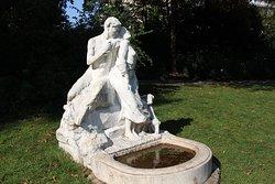 """Parc Montsouris , Statue """" Un Premier Frisson """" vue générale //Parc Montsouris, Statue """"Un Premier Frisson"""" general view"""