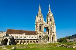 L'abbaye Saint-Jean-des-Vignes. Découvrez la majestueuse abbaye augustinienne, site phare de la Cité du Vase ©S. Cambon