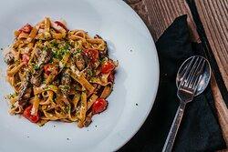 """""""Pasta Vitello""""  Φρέσκες ταλιατέλες με φιλετίνια μόσχου, ντοματίνια, βασιλικό και ξύσμα λεμονιού"""