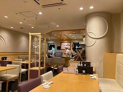 新宿駅直結のミロードさん8階にて、 気軽にお寿司をいただけます。