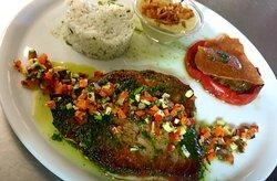 Steak de thon mi-cuit au pesto et croquants de légumes, riz fumé au thym, fondue de poireaux au muscat, poêlée de légumes et feuille croustillante pesto