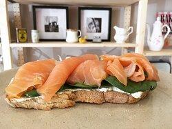 Tosta Pereira, tosta de pão saloio, queijo creme aromatizado, espinafres frescos e salmão fumado