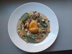 Œuf des forêts Crémeux de champignons, croûtons, œuf mollet frit ,poêlée de pleurotes