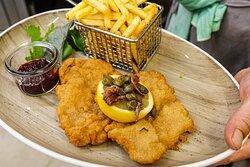 So gehört sich ein original Wiener Schnitzel. Fluffig ausgebacken, mit Kapern und Sardellen. Im Restaurant Meyers Bonn.
