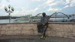Памятник Льву Ивановичу Ошанину на смотровой площадке на набережной Рыбинска, рядом с круизным причалом