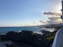 Un meraviglioso ristorante con una splendida vista sul mare.  Ottimo servizio, cordialità del proprietario, cibo delizioso e un'atmosfera accogliente.  Situato vicino al centro di Giardini Naxos con le sue attrazioni.  Grazie di cuore. Lo consiglio a tutti.