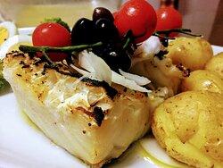 """Bacalhau assado na brasa com azeite e alho, acompanhado com batata a"""" murro""""."""