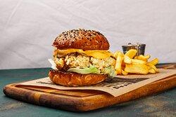 Бургер с курицей, хрустящим айсбергом и маринованным огурцом