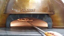 Nossas Pizzas são assadas em forno importado da Itália, sua temperatura chega aos 500º celsius. É um forno especial feito para assar perfeitamente a pizza napoletana