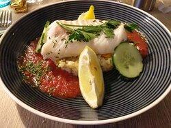 Après 9 huîtres en entrée , voici notre blanc de cabillaud , gazpacho de tomates épicé sur son lit de riz asiatique