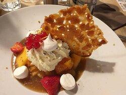 Mmmmm , la soupe de melon au dessert avec la pêche , l'abricot , la meringue et la chantilly ....sans oublier quelques fraises du Périgord  ! Heureusement qu'on avait gardé un petit creux !