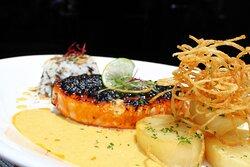 Prueba las especialidades de nuestro Restaurante Figueras...  Salmon con costra de chile