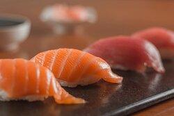 ¡Clásicos si eres amante del sushi! Nigiris de salmón y atún tradicionales, hechos con pescado fresco de la más alta calidad y mucho amor.