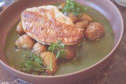 Suprême de volaille des dombes, pommes de terre rôtis & épinards
