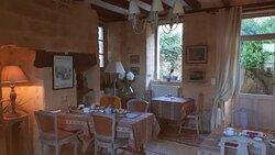 Salle à manger  pour le petit déjeuner continental excellent toujours servi par l'hôtesse Michelle , contact très sympathique