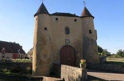 Château du Breuil Yvain. Vue 5. Entrée Le Châtelet. Devant Pont sur Les Douves. Orsennes 36190.
