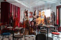 «За Победой» - это место, где стереотипы не уместны! Качественный сервис и редкая винная карта в рамках ресторанной истории, сочетается с актуальными коктейлями и музыкой в баре. «За победой» - это изысканные ужины и бурные ночи, наслаждение ритмом и отвязные танцы, приятные встречи и яркие воспоминания. Место, где атмосферно и дико вкусно. Это про желание, треш  и полный разрыв шаблонов!