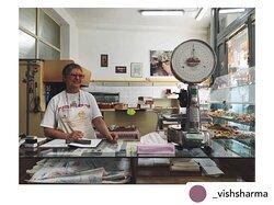 La bellissima foto di @_vishsharma 🙏🏻📸, due anni fa, quando non c'era la mascherina a coprirci il sorriso. 🥰 Non molliamo eh, mi raccomando!⭐️ • #tbt #sorriso #mascherina #primadellapandemia #ricordi #memories #smile #artigiano #artigiani  #artigianiitaliani #bottega #bottegastorica #trastevere #roma #km0 #artigianidasempre #biscotti #cookies #biscuits #biscottificio #biscottificioinnocenti