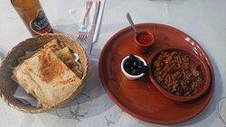 Berenjena con pan Marroquí y salsa picante ( No pica mucho), lo pones dentro del pan y está delicioso.