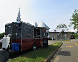Le 9 juillet 2020, Le Truck de l'Ile, camion de rue offrant de la restauration rapide.  Situé dans le stationnement du Club Nautique pour la période estivale.