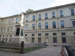 La facciata su Piazza Mentana