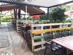 Une grande terrasse permettant une distanciation effective  entre les tables