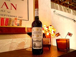 """バニラフレーバーの香りが心地良く、味わいもエレガントで上品です。適度なタンニンが舌を満足させ、長い後味も魅力的です。 気候がワイン生産に適した地域として世界的に有名です。マルケス・デ・リスカル社は、1858年にリスカル侯爵によって、設立されました。侯爵はフランス産のぶどうの木を移植し、伝統的なリオハのワイン製造法も、フランスの製造法に改革しました。 1868年にフランス人技術者ジャン・ピノーを技術チームに招き入れて以来、リスカル社の赤ワインは、その品質の高さゆえ、広く市場に知られるようになり、1876年にはブリュッセル展示会で金メダル、1929年にはバルセロナ国際展示会でグランプリ賞と数えきれないほどの賞を獲得しています。 マルケス・デ・リスカル社のセラーには、時のスペイン国王が選んだ国王専用のワインが常に保管されております。 また、アメリカでもっとも影響力のあるワイン専門誌の一つ「ワイン・エンスージアスト」の """"ワインスターアワード""""において、2013年、その年に最も優れた成果をあげ、ワイン業界へ貢献したワイナリーとして""""ヨーロピアン・ワイナリーオブ・ザ・イヤー""""を受賞しています"""