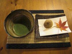 抹茶とお菓子 付け合わせのモミジが素敵