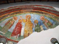 L'affresco del XII secolo posto nell'abside della navata principale (non immediatamente visibile appena si entra in chiesa perchè nascosto dall'altare maggiore che è davanti)