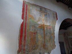 Crocifissione del XVI secolo (affresco posto nella parete sx della navata principale, prima del grande arco di accesso alla navata del corpo laterale)