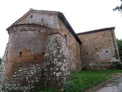 Esterno della chiesa, in particolare dell'abside del corpo secondario