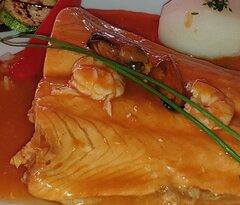 Si eres cliente de Restaurante Guarapo Jardín del Sol es muy probable que alguna vez hayas disfrutado del rico lomo de salmón cocinados la plancha. ¡¡Pues preparado a la marinera está aún mejor!!