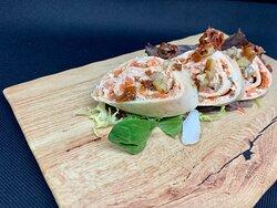 Tapa de crep vegetal con salmon ahumado y salsa tartara.