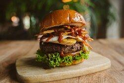 Nueva burger Celia Cruz, A LA CUBANA. Un mordisco y directa al corazón! Será tu hamburguesa favorita 🤤🍔🥰 Con huevo frito 🍳de corral, chorizo de #Teror, #plátano🍌al grill, #papas paja 🍟y kétchup de #MojoPicón 🤯🤯 . ⚠Menciona al mayor fan del arroz a la cubana que conozcas, tiene que probarla! 🙌🙌🤤 . , . #200Gramos #200GramosCarta #MarcaCanaria100por100 #BackToBurger
