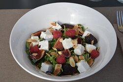 """Versione autunnale della nostra insalata """"Rucolina"""": insalatina, rucola, feta, fichi e lamponi!"""