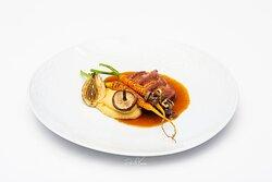 Peito de pato com mel de laranja, mix de cenouras queimada, cogumelos silvestre e cremoso de grão do bico