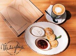 Вкусные завтраки в кафе -Телеграф-бар с 10:00 до 12:00.На фото - сырники из фермерского творога с различными топпингами на Ваш выбор: сметана, варенье, мёд, сгущённое молоко, шоколадный и карамельный топпинги.