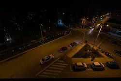 Νυχτερινή θέα από το δωμάτιο με φόντο το Δημαρχείο Κομοτηνής, την πολιούχο της πόλης Αγία Παρασκευή και το Άλσος της Αγίας Παρασκευής.